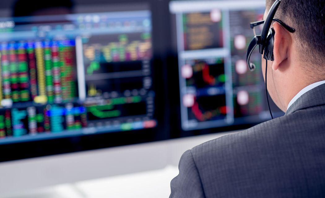 Pracovník brokera v kancelárii výber online brokera
