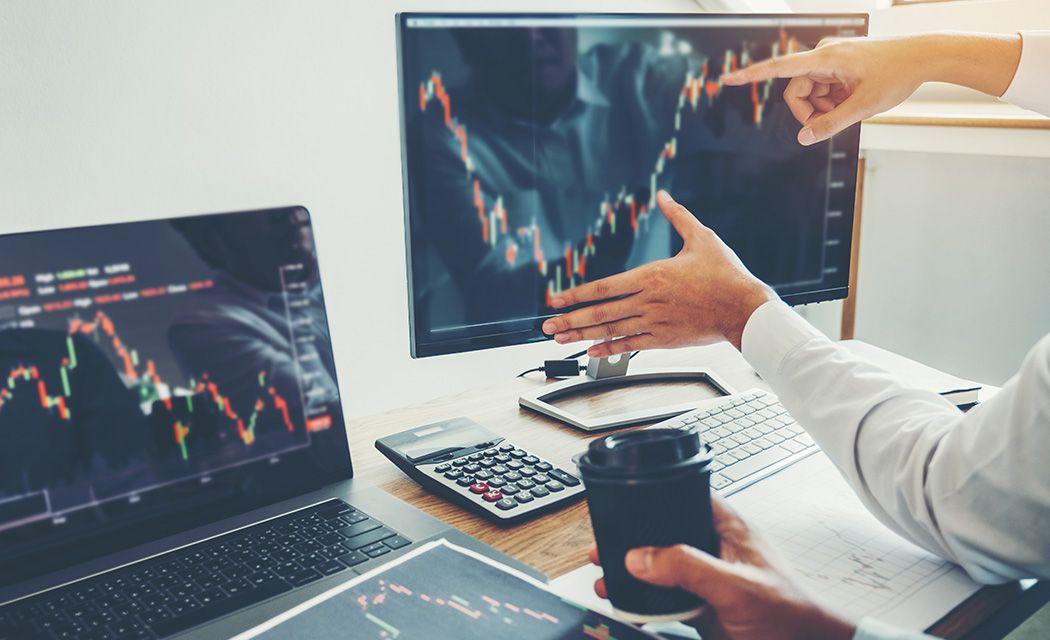Ako si vybrať brokera - traderi pri monitoroch
