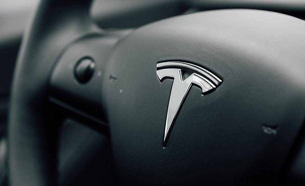 Logo spoločnosti Akcie Tesla cena na grafe