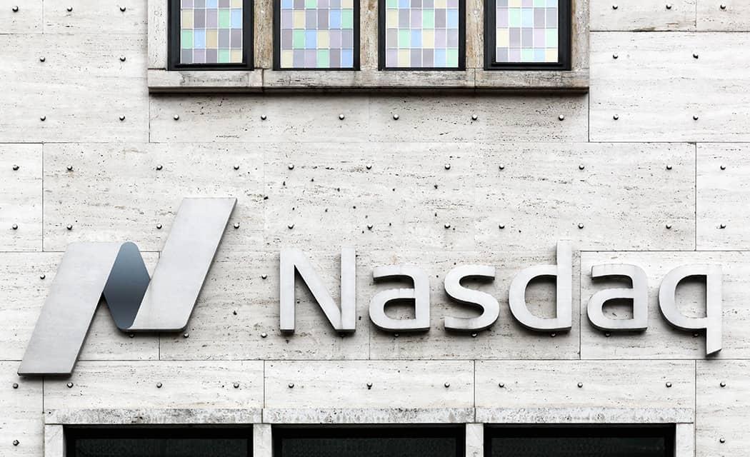 Logo na stene Nasdaq graf